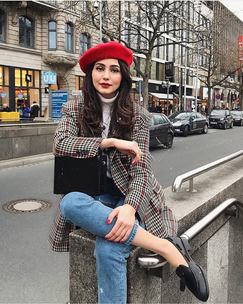 Parisienne Style, beret outfit, blazer, jeans and red beret, how to wear a beret